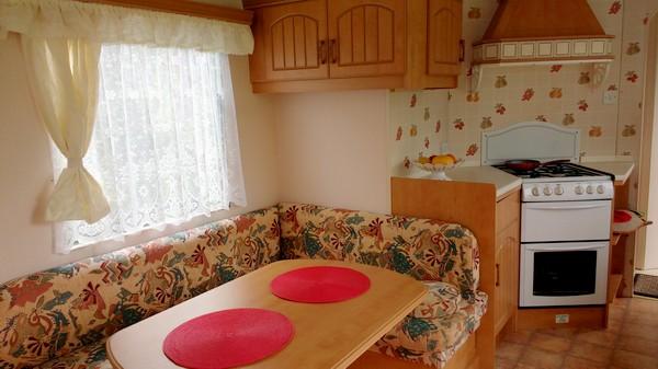 Salon wypoczynkowy z jadalnią.