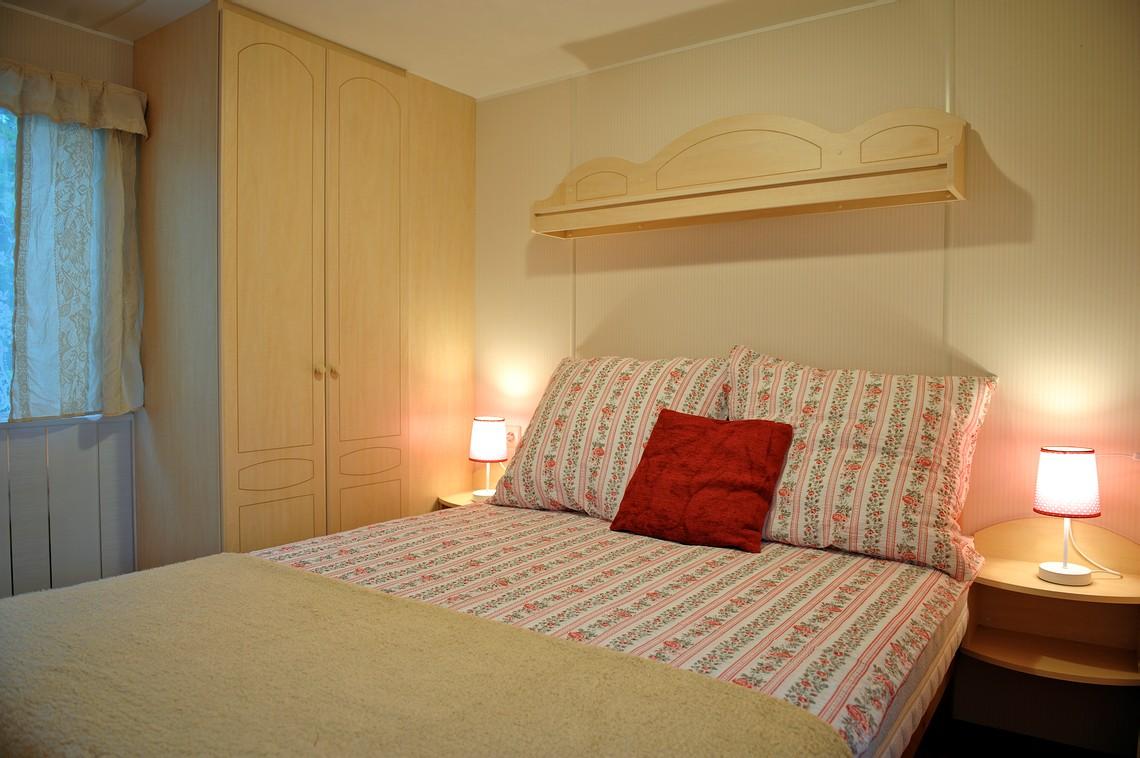 Wygodna sypialnia małżeńska, noclegi, domek wakacyjny.