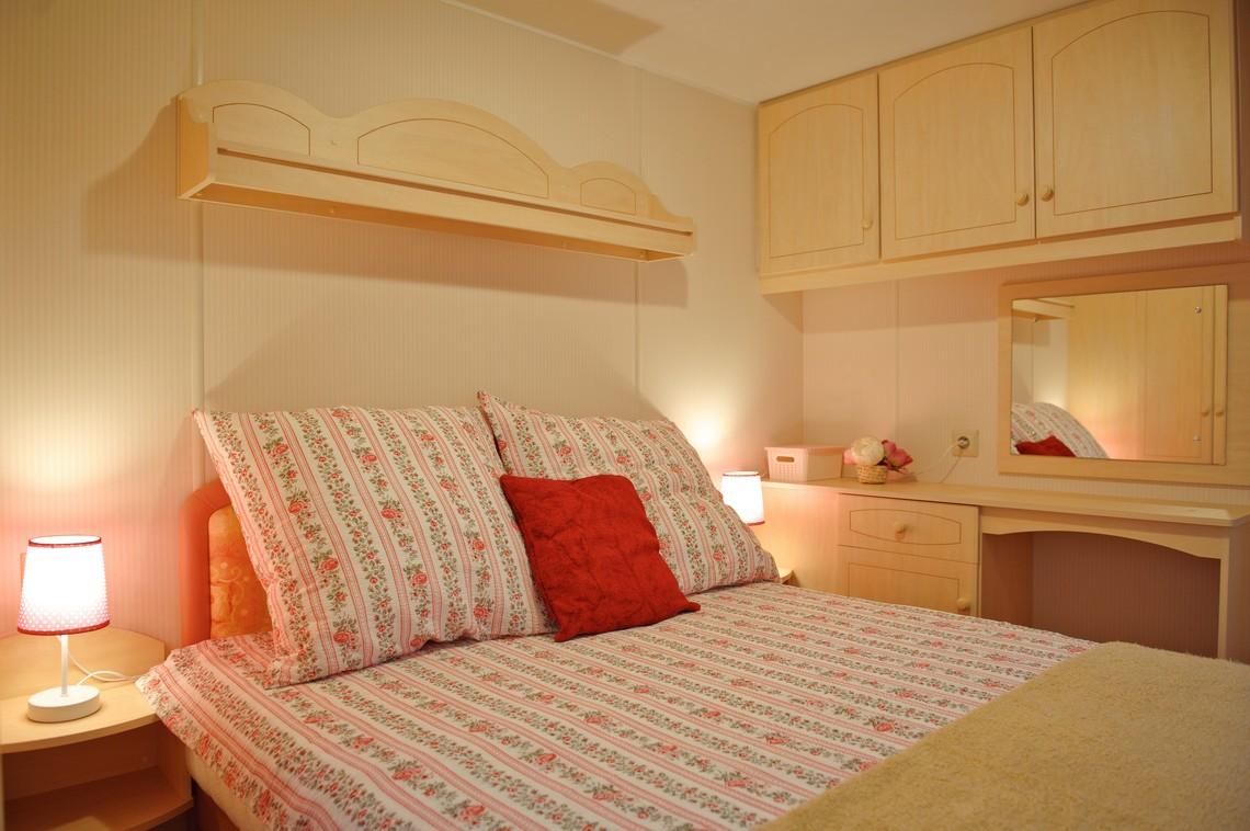 Sypialnia małżeńska, noclegi Roztocze, z dużym łóżkiem.